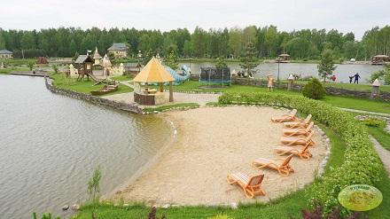 Частный пляж у озера